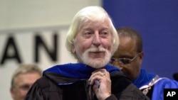 """Caroll Spinney, yang terkenal karena memerankan tokoh """"Big Bird"""" dari Sesame Street, menerima gelar doktor kehormatan dari Presiden Universitas Negara Bagian Connecticut Timur, David G. Carter, di Willimantic, Connecticut, 21 Mei 2000. (Foto: AP)"""