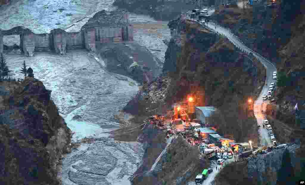 인도 히말라야 산맥 난다데비산의 빙하 일부가 강으로 떨어져 유타란찰의 북부 지역 타포반에 급류가 쏟아지면서 최소 200명이 실종된 가운데 구조작업이 진행됐다.