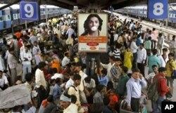 유엔이 2009년에 발표한 보고서는 2025년에는 전세계 인구가 81억명에 달할 것이라고 밝혔다. 사진은 인도 뉴델리의 기차역. 인구 과밀화 현상이 두드러지는 인도는 2028년이면 중국을 제치고 세계 최대 인구 국가 반열에 오를 것으로 전망됐다. (자료사진)