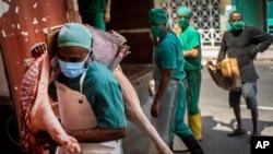 1일 쿠바 수도 아바나에서 육류 배달업체 직원들이 신종 코로나바이러스 감염 확산을 막기 위해 마스크를 쓰고 있다.