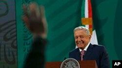 El presidente mexicano Andrés Manuel López Obrador da su conferencia de prensa matutina diaria luego de una ausencia de dos semanas luego de que dio positivo por coronavirus, en el palacio presidencial, eb Ciudad de México, el lunes 8 de febrero.