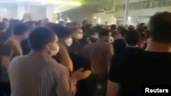 Gambar dari video menunjukkan orang-orang yang mengenakan masker dalam protes terkait kesulitan ekonomi, di jalan-jalan Behbahan, Iran, 16 Juli 2020. (Foto: REUTERS TV/via REUTERS)
