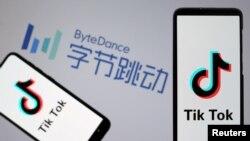 圖為智能手機顯示的TikTok應用軟件標記,背景是北京的字節跳動公司標誌(2019年11月27日)