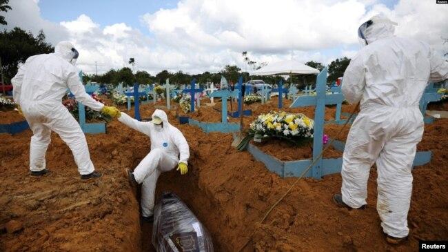 Sepultureros en el cementerio Parque Taruma de Manaus, el 17 de enero de 2021.
