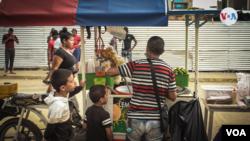 Niños y mujeres son parte de los miles de migrantes que llegan a Necoclí, Colombia, de camino a Estados Unidos o Canadá. Buscan mejores condiciones de vida. [Foto: VOA]