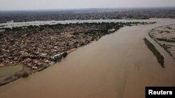 Une vue aérienne montre des bâtiments et des routes submergés par les eaux de crue près du Nil dans le sud de Khartoum, au Soudan, le 8 septembre 2020.