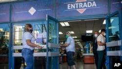Pengunjung yang berbelanja di sebuah toko dengan pembayaran dolar AS di Havana, Kuba, mengenakan masker di tengah pandemi Covid-19, 20 Juli 2020.