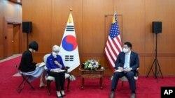 La subsecretaria de Estado, Wendy Sherman, segunda a la izquierda, habla con periodistas mientras el primer vicepresidente de Relaciones Exteriores de Corea del Sur, Choi Jong Kun, escucha después de reunirse, en Corea del Sur, el 23 de julio de 2021.