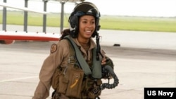 Poručnica Madeline Swegle prva je Afroamerikanka pilotkinja taktičkog aviona (Foto: Mornarica SAD)