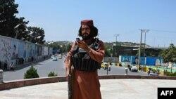 ایک طالبان جنگجو 'مسعود چوک' پر گارڈ کے فرائض انجام دیتے ہوئے۔