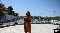 一名塔利班戰鬥人員站在喀布爾的馬蘇德廣場。 (2021年8月16日)