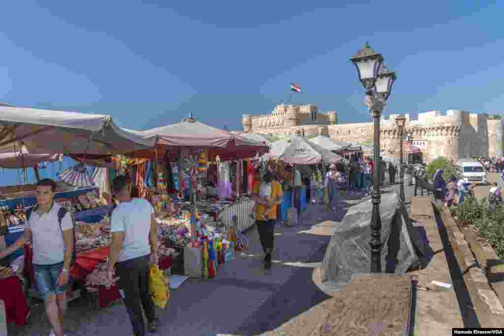 Vendors say tourism has dwindled as people grow more afraid of swimming in waters off Alexandria, Egypt. (Hamada Elrasam/VOA)