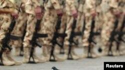 ARCHIVO - Una paloma se posa frente a un contingente de militares colombianos durante su ceremonia de despedida antes de integrarse a las Fuerza Multinacional de Paz y Observadores en el Sinai, el 3 de abril de 2013.