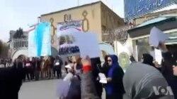 تجمع گروهی از معلمان و فرهنگیان کرمانشاه، در مقابل ساختمان اداره کل آموزش و پرورش این استان