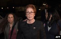 Mantan dubes AS untuk Ukraina Marie Yovanovitch (tengah) dikawal polisi Capito, ajudan dan pengacaranya, di Capitol, Washington D.C, 11 Oktober 2019.
