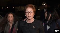玛丽·约万诺维奇闭门作证后离开国会山。(2019年10月11日)