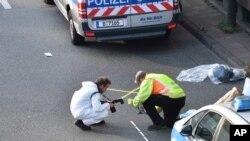调查人员在柏林公路袭击事件的现场工作。(2020年8月19日)