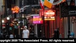 Ulica Bourbon u New Orleansu, obično prepuna turista, bila je prazna kada je epidemija koronavirusa počela da se širi po SAD, 19. mart 2020.
