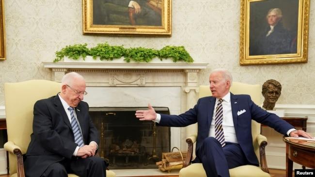 Presiden Amerika Serikat (AS) Joe Biden bertemu dengan Presiden Israel Reuven Rivlin di Gedung Putih, di Washington, 28 Juni 2021.