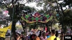 Personas caminan en el emblemático paseo de Los Próceres durante el martes de carnavales, en Caracas, el 16 de febrero de 2021. [Foto: VOA/Álvaro Algarra]