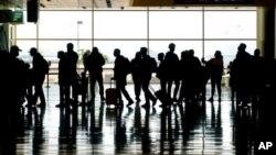 Arhiva - Putnici na međunarodnom aerodromu u Salt Lejk Sitiju, 17. marta 2021.