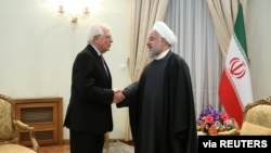 Presiden Iran Hassan Rouhani bersalaman dengan Utusan Uni Eropa untuk Masalah Luar Negeri Josep Borrell di Tehran, Iran, 3 Februari 2020.