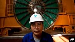 一名老撾工人在一個水利發電大壩里工作。