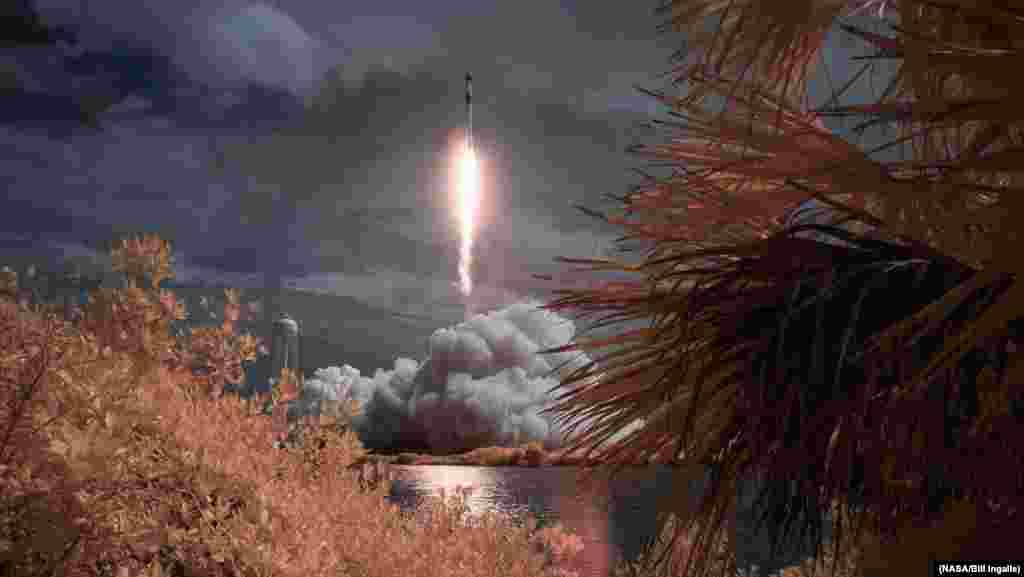 스페이스X의 유인우주선 크루드래건을 실은 재사용로켓 팰컨9이 미국 플로리다주 케네디우주센터에서 발사되고 있다.