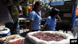 ARCHIVO - Sacos de frijol en un mercado de Tegucigalpa, el 7 de octubre de 2017.