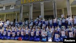 ینگون یونیورسٹی کے طلبہ اور اساتذہ کا فوجی قبضے کے خلاف مظاہرہ۔ 5 فروری 2021
