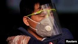 上海火車站一位戴著口罩的男子。(2020年2月12日)