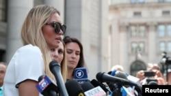 Dženifer Aroaz, koja kaže da je jedna od žrtava Džefrija Epstina, razgovara sa novinarima ispred federalne sudnice u Njujorku, 27. avgusta 2019.