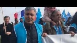 上千名来自世界各地的维吾尔人在日内瓦举行游行集会抗议中国当局在新疆的政策 (2018年11月6日)