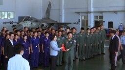 Presiden Taiwan Tsai Ing-wen, kiri tengah, berfoto dengan para penerbang di dekat jet Tempur Pertahanan Pribumi Taiwan yang dipamerkan selama kunjungan ke pangkalan udara militer Penghu Magong di pulau terpencil Penghu, Taiwan, 22 September 2020. (Foto: AP )