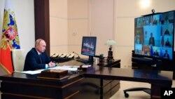 រូបឯកសារ៖ ប្រធានាធិបតីរុស្ស៊ីលោក Vladimir Putin ចូលរួមនៅក្នុងការប្រជុំគណៈរដ្ឋមន្រ្តីតាមអនឡាញ ពីកន្លែងស្នាក់នៅរបស់ប្រធានាធិបតីរុស្សី Novo-Ogaryovo នៅខាងក្រៅទីក្រុងមូស្គូ នៅថ្ងៃទី១១ ខែសីហា ឆ្នាំ២០២០។