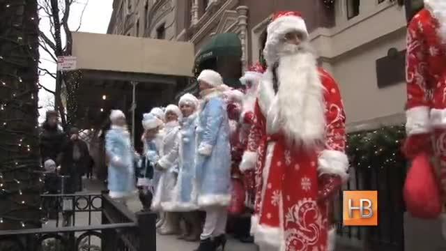 Флешмоб Дедов Морозов и Снегурочек в Нью-Йорке