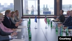 برایان هوک، نماینده ویژه آمریکا در امور ایران، و هیات همراهش در ملاقات با مقام های دولت استونی در وزارت خارجه استونی. ۲۲ ژوئیه ۲۰۲۰