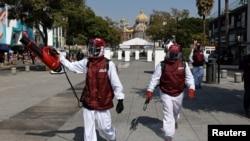Trabajadores de sanidad en Ciudad México realizan labores de desinfección en medio de las celebraciones por la Virgen de Guadalupe en México el 10 de diciembre de 2020.