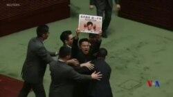 香港特首立法會質詢再遭民主派抗議要求向港人道歉