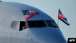 Pesawat American Airlines mengibarkan bendera nasional AS dan Kuba tiba di Bandara Internasional Jose Marti di Havana, 28 November 2016. (Foto: AFP)
