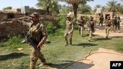 عراق میں ریپڈ رسپانس فورس کے ارکان بغداد کے شمالی حصے میں داعش کے جنگجوؤں کو تلاش کر رہے ہیں۔ فائل فوٹو