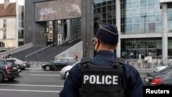 Polisi Perancis siaga di dekat Opera Bastille tersangka melakukan penikaman di dekat bekas kantor Charlie Hebdo di Paris, Jumat (25/9).