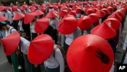 میانمار کے ایک اہم شہر منڈالے میں بدھ کے روز ٹیچرز نے میانمار کے روایتی ہیٹ پہن کر فوجی جنتا کے خلاف مظاہرے میں حصہ لیا۔ 3 مارچ 2021