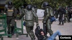 Al menos 6.000 mil casos de lesionados por golpizas de la policía durante las manifestaciones en Colombia, denunció en su informe la ONG Human Rights Watch. Foto cortesía diario El Espectador.