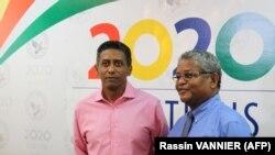 Le président sortant des Seychelles, Danny Faure (à gauche) et le président seychellois nouvellement élu, Wavel Ramkalawan, après les élections présidentielles et législatives qui viennent de se terminer à Victoria, aux Seychelles, le 25 octobre 2020. (Photo AFP/Rassin VANNIER)