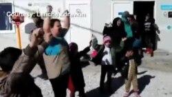 Волонтерите во бегалскиот камп си играат со децата