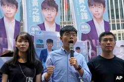ေဟာင္ေကာင္က ဒီမိုကေရစီအေရး တက္ႂကြလႈပ္ရွားသူ Joshua Wong (လယ္)။