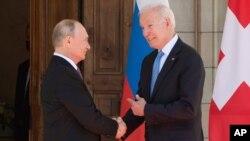 El presidente Joe Biden y el presidente ruso Vladimir Putin llegan para reunirse en la 'Villa la Grange', el miércoles 16 de junio de 2021, en Ginebra, Suiza.