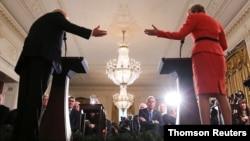 Ambasador Velike Britanije u SAD Kim Derok iz prvog reda sluša konferenciju za novinare predsednika Trampa i premijerke Tereze Mej u Beloj kući (Foto: Reuters)