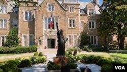 워싱턴 D.C. 주미 프랑스 대사관저 앞뜰에 전시된 '리틀 자유의 여신상'.